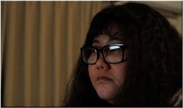 メガネにぼさぼさヘアの安藤なつ。